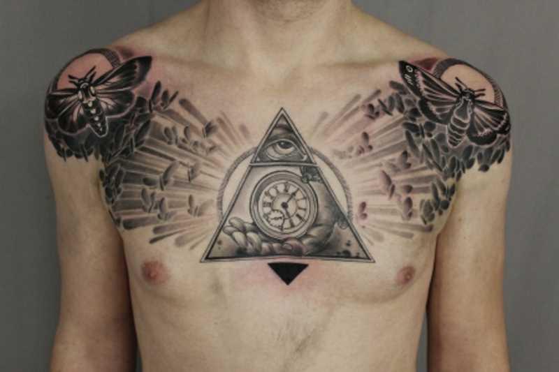Tatuagem no peito de um cara - a pirâmide com o olho, relógios e motylki sobre os ombros de