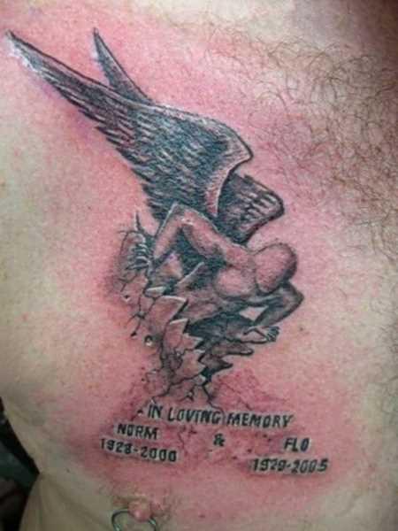 Tatuagem no peito de um cara - de- anjo e inscrição