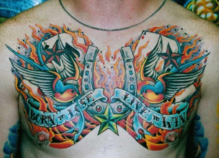 Tatuagem no peito de um cara - de ferradura, as estrelas, as andorinhas e inscrição