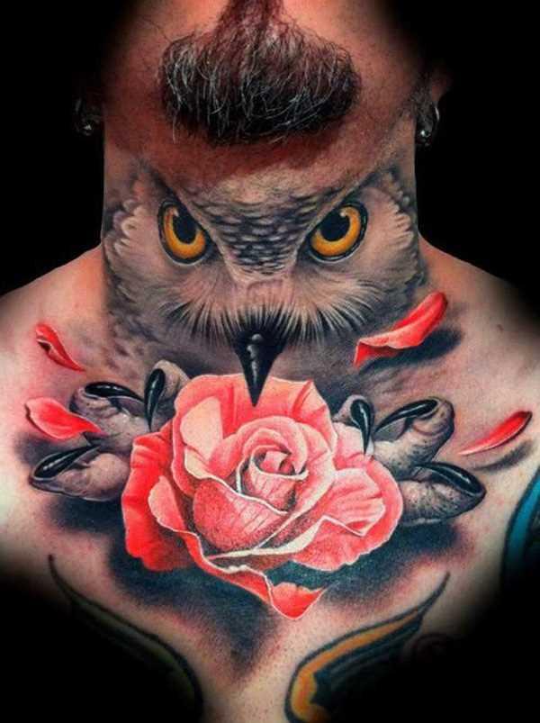 Tatuagem no peito de um cara - de- rosa nas garras da coruja