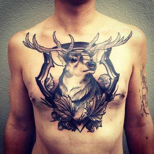 Tatuagem no peito de um cara - de- veado