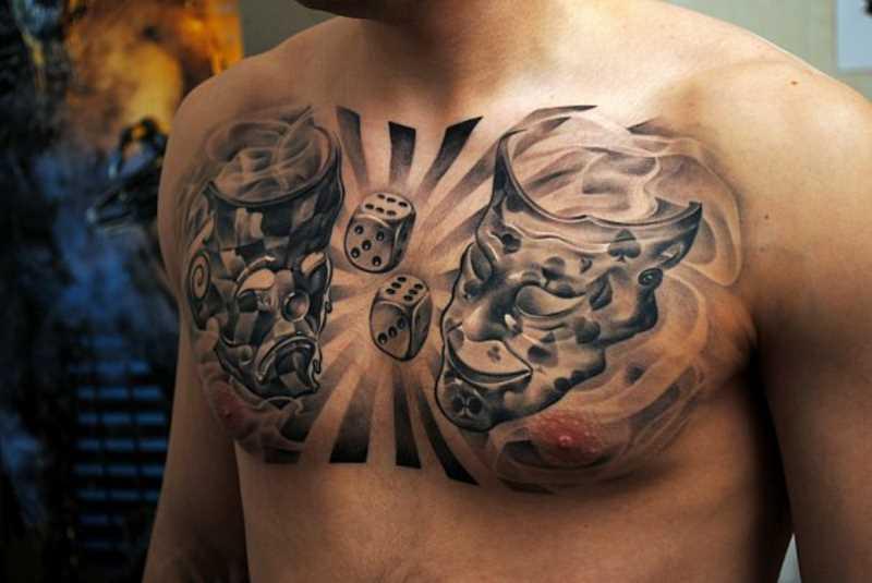 Tatuagem no peito de um cara - máscara
