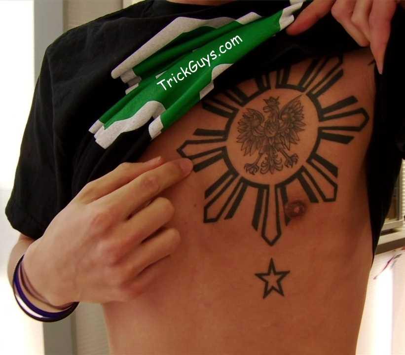 Tatuagem no peito de um cara - o sol e a águia