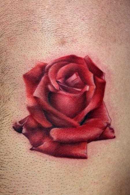Tatuagem no peito de um cara - rosa vermelha