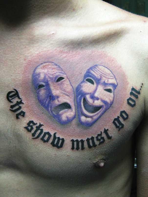 Tatuagem no peito do cara - a máscara e a legenda em inglês