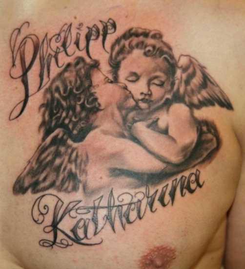 Tatuagem no peito do cara - anjos e a inscrição na forma de nomes