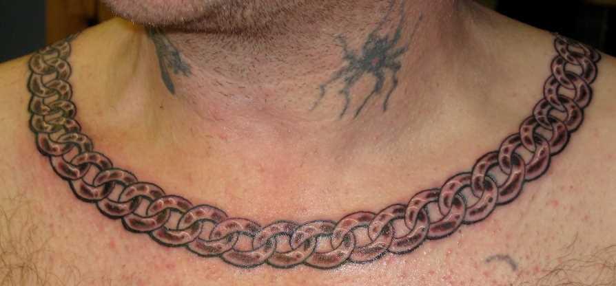 Tatuagem no peito do cara - circuito