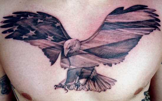 Tatuagem no peito do cara - coroa e a bandeira americana nele