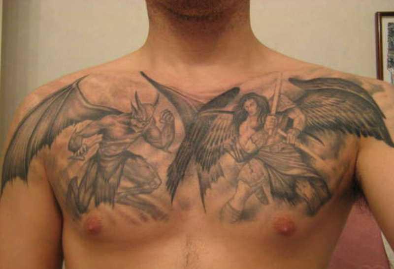 Tatuagem no peito do cara - de- anjo e diabo