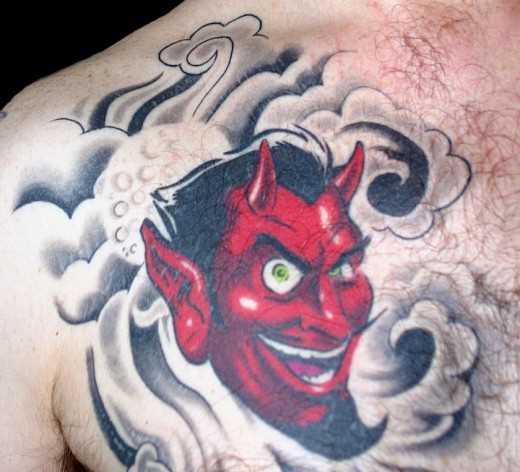 Tatuagem no peito do cara - o diabo