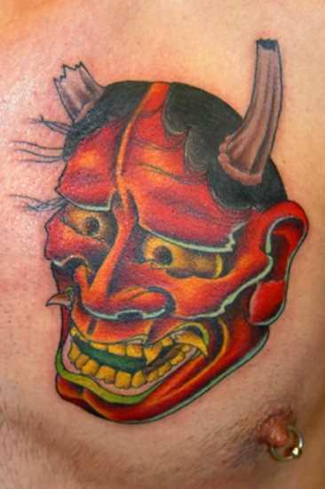 Tatuagem no peito do cara - o mal máscara