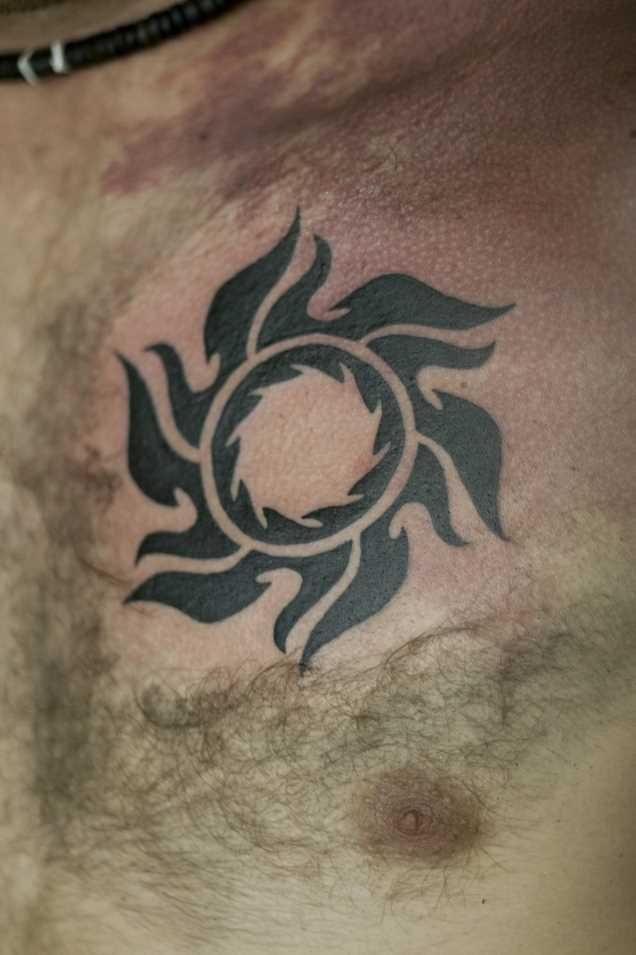 Tatuagem no peito do cara - sol