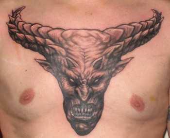 Tatuagem no peito do homem - o diabo