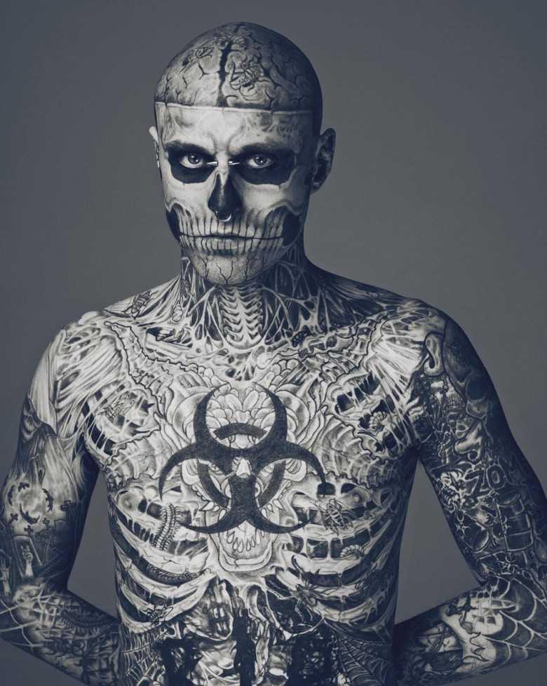 Tatuagem no peito o corpo e a cara - esqueleto