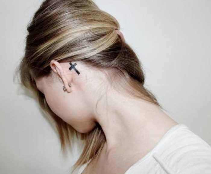 Tatuagem no pescoço, atrás da orelha da menina - x
