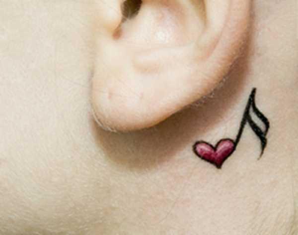 Tatuagem no pescoço da menina - nota de coração