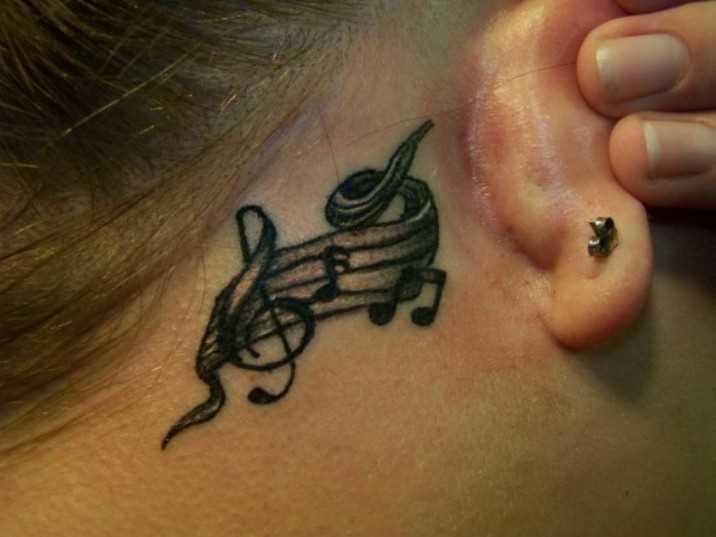 Tatuagem no pescoço da menina notas e a clave de sol