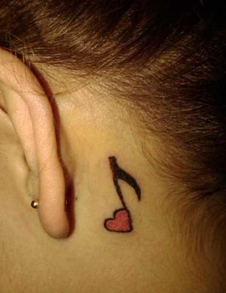 Tatuagem no pescoço da menina - o coração de