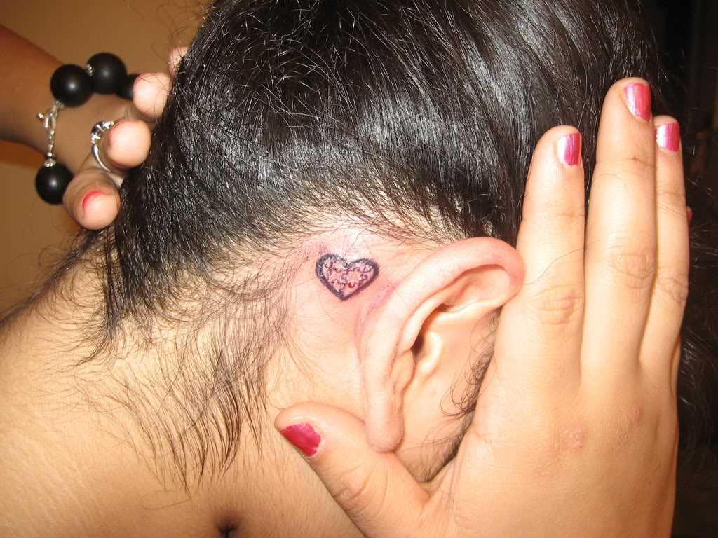 Tatuagem no pescoço da menina - quebra-cabeças em forma de coração