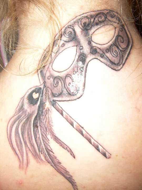 Tatuagem no pescoço de menina - máscara