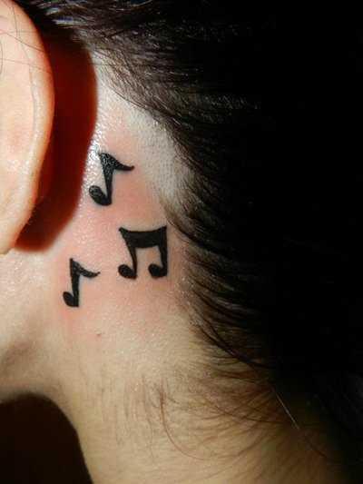 Tatuagem no pescoço de menina - notas