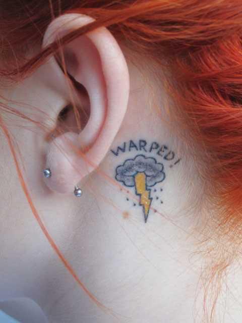 Tatuagem no pescoço de menina - relâmpago, nuvem, chuva e inscrição