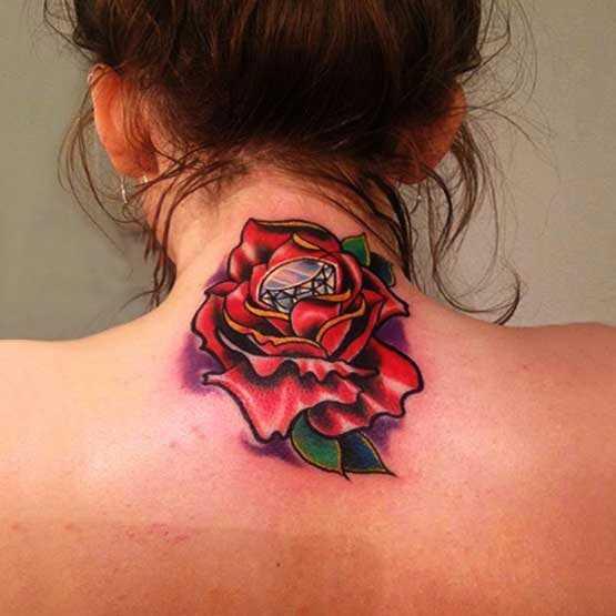 Tatuagem no pescoço de menina rosa e diamante