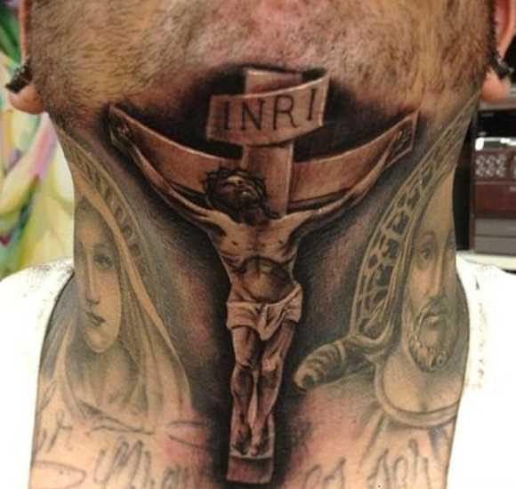 Tatuagem no pescoço de um cara - a cruz e o crucificado nela Jesus