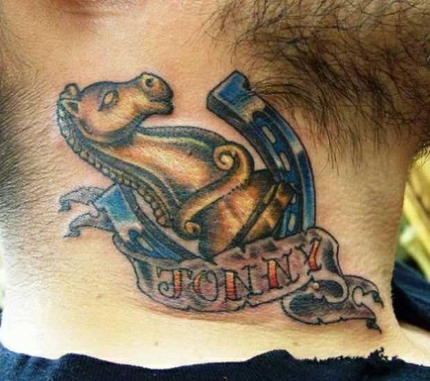 Tatuagem no pescoço de um cara - de- ferradura, o cavalo e a inscrição