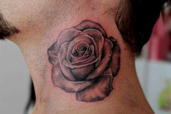 Tatuagem no pescoço de um cara - de- rosa