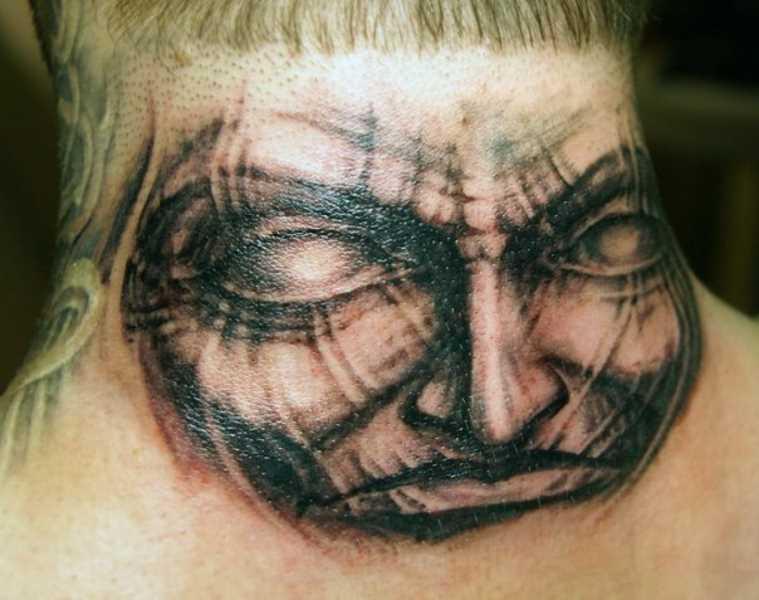 Tatuagem no pescoço de um cara - máscara