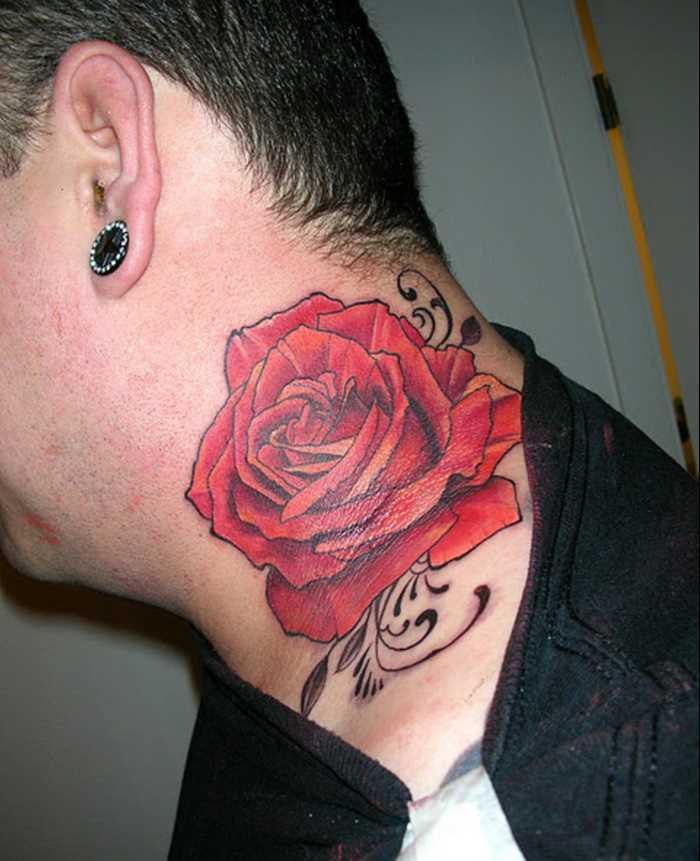 Tatuagem no pescoço de um cara - rosa vermelha