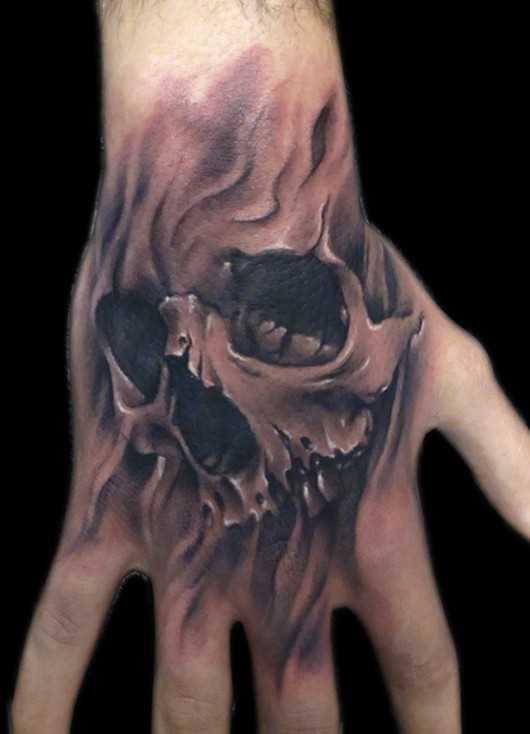 Tatuagem no pincel cara de crânio
