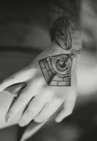 Tatuagem no pincel menina - a pirâmide com o olho