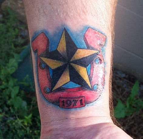 Tatuagem no pulso cara - de- ferradura e a estrela