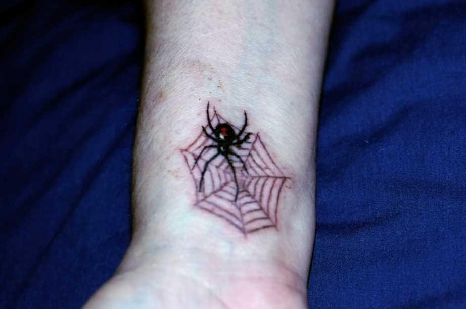 Tatuagem no pulso cara - de- teia de aranha e a aranha