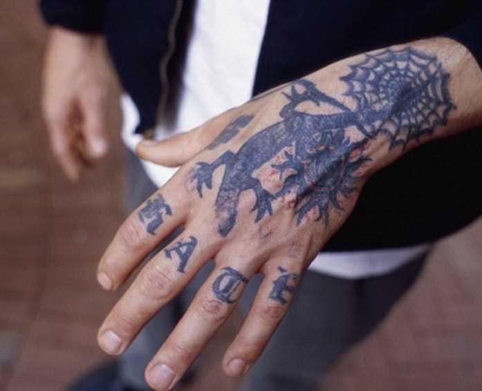 Tatuagem no pulso cara - de- teia de aranha e o lagarto