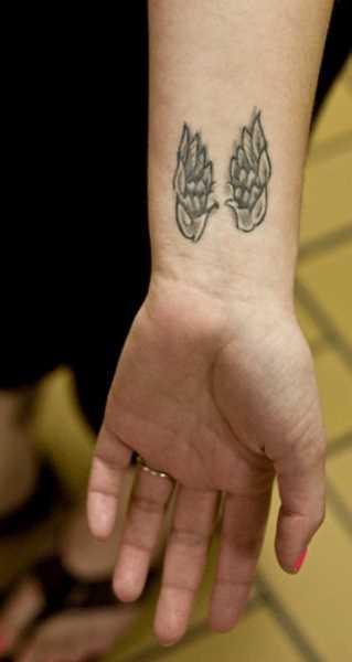 Tatuagem no pulso da menina - asas