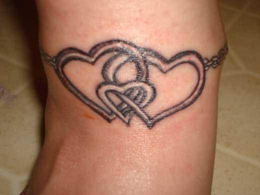 Tatuagem no pulso da menina cadeia com corações