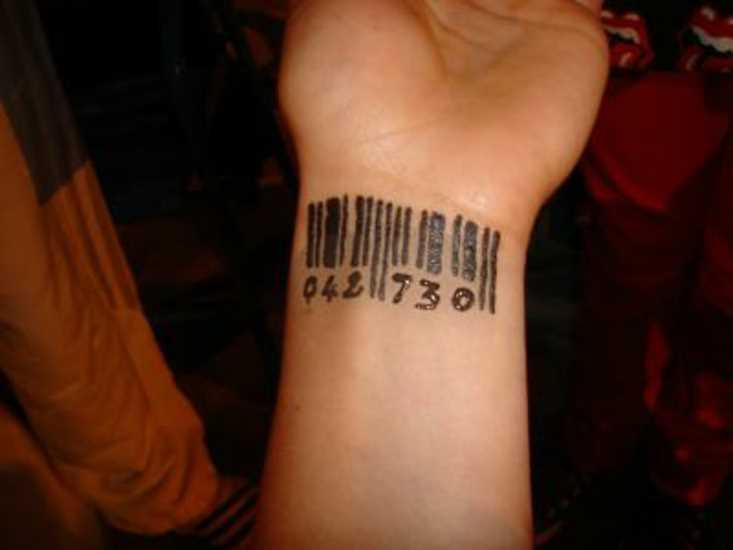 Tatuagem no pulso da menina - código de barras