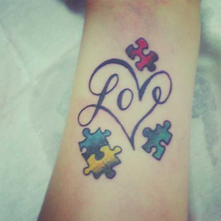 Tatuagem no pulso da menina - coloridas quebra-cabeças