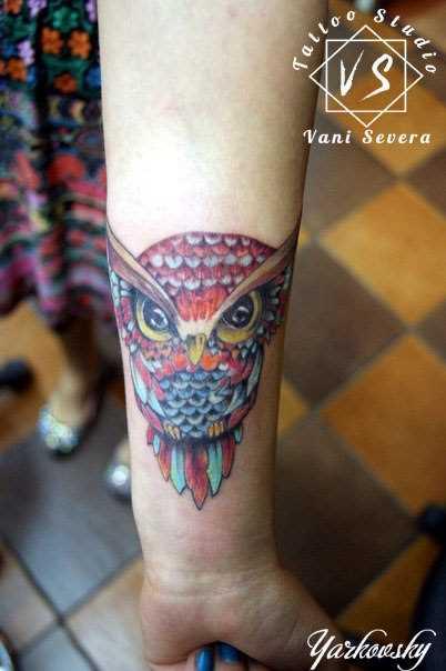 Tatuagem no pulso da menina - coruja