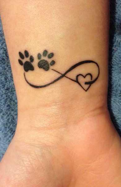 Tatuagem no pulso da menina infinito, pernas e coração