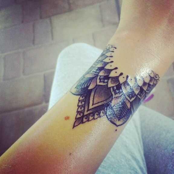 Tatuagem no pulso da menina - mandala