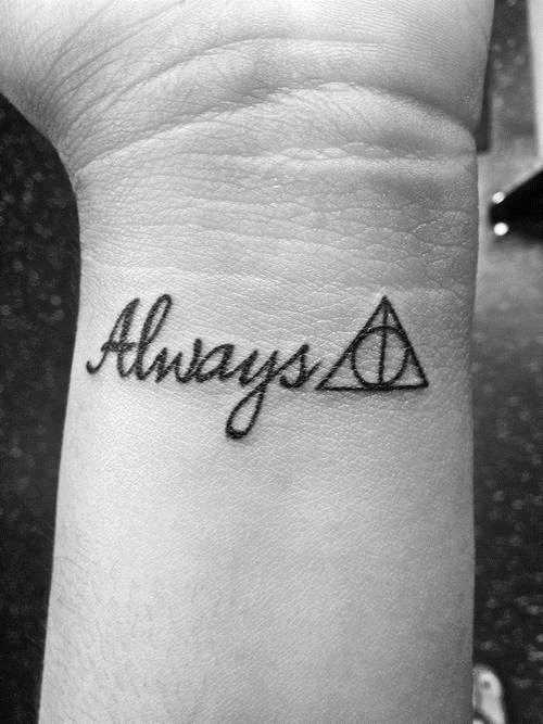 Tatuagem no pulso da menina - o triângulo e o círculo com a inscrição