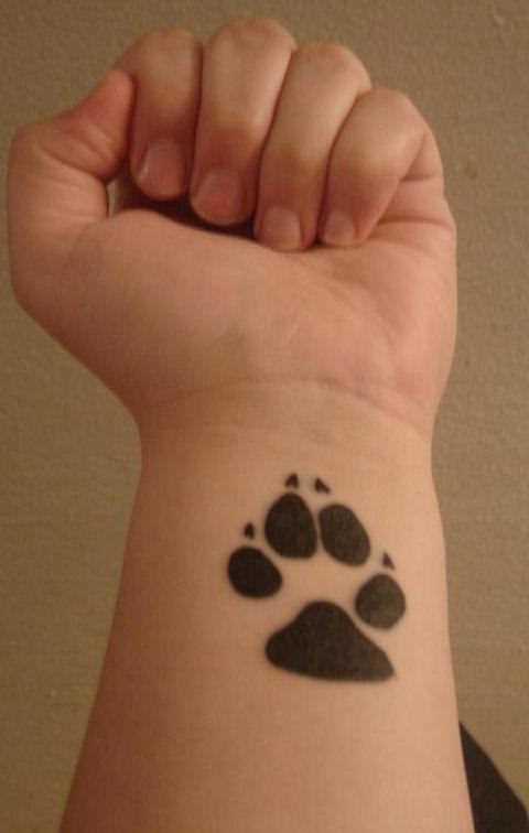 Tatuagem no pulso da menina - pata