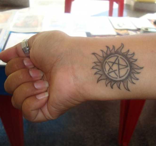 Tatuagem no pulso da menina - pentagrama