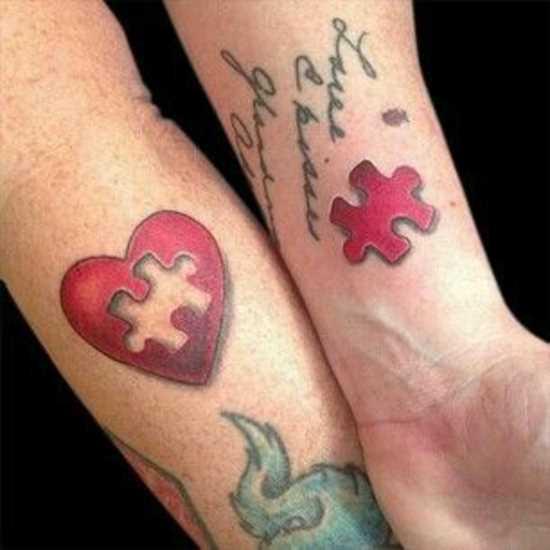 Tatuagem no pulso da menina - quebra-cabeça