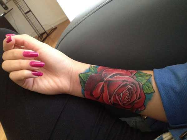 Tatuagem no pulso da menina - rosa vermelha