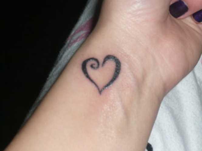 Tatuagem no pulso de uma menina - o coração de